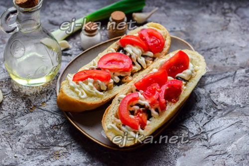 добавить майонез и томаты