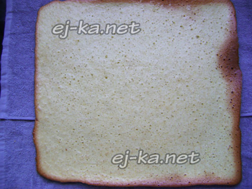бисквит выложить на полотенце