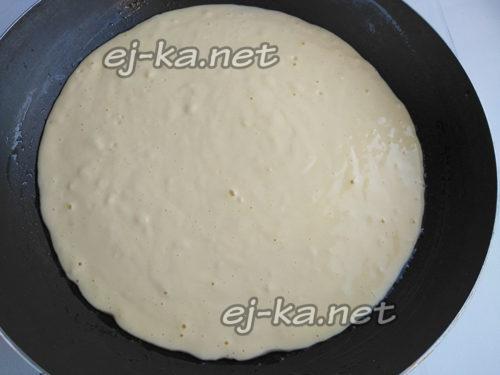 вылить тесто на сковороду