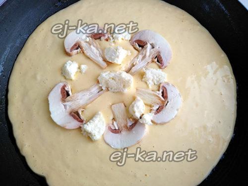 уложить грибы и часть сыра