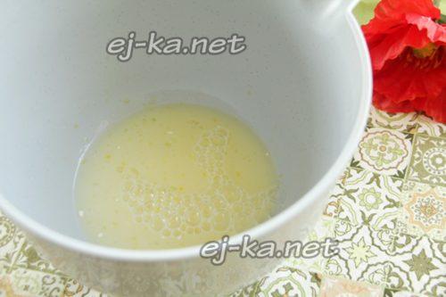 желток взбить с молоком, сахаром и водой