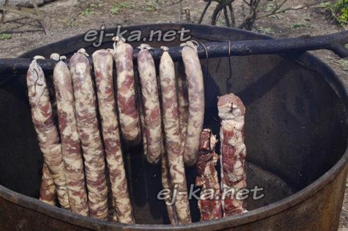 развесить колбасу в коптильне