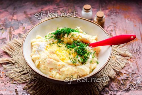 добавить яйцо и зелень