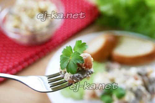 салат с жареными грибами, копченым мясом и сыром