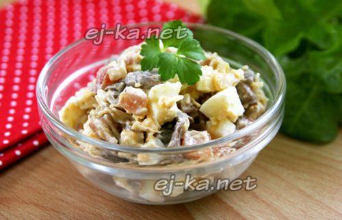 салат с жареными грибами, копченым мясом и сыром готов