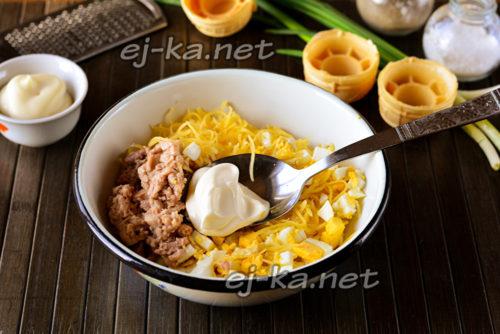 соединить в миске печень трески, яйца и сыр