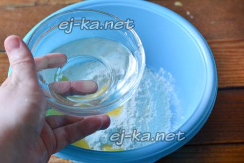 влить воду