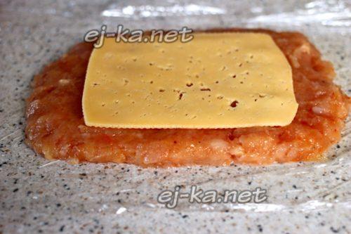 выложить пласт сыра