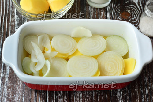 в форму выложить картофель и лук