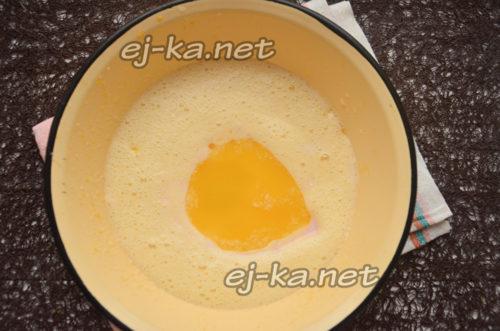 добавить растопленное масло и йогурт