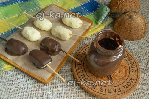 обмакиваем конфеты в шоколад