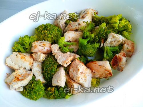 в форму выложить курицу и брокколи