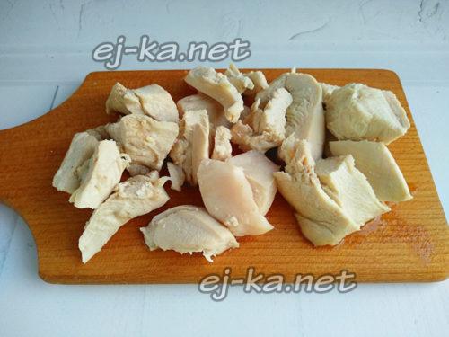 нарезать отварное филе курицы