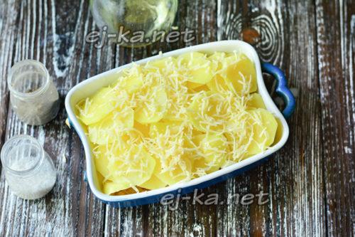 залить соусом и посыпать сыром