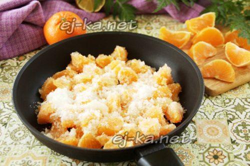 поместить мандарины с сахаром в сотейник