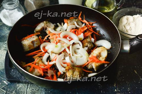 добавить к рыбе лук, чеснок и морковь
