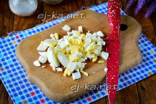 нарезать отварные яйца