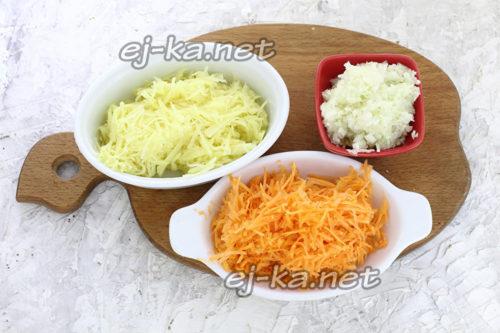 натереть лук, морковь и картофель