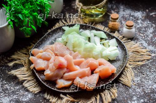 нарезать филе и лук