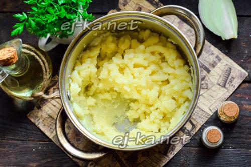 размять отварной картофель