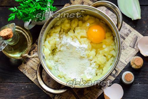 добавить яйцо и муку
