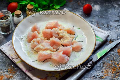 нарезать филе и добавить специи