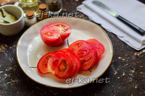 нарезать томат пластинами