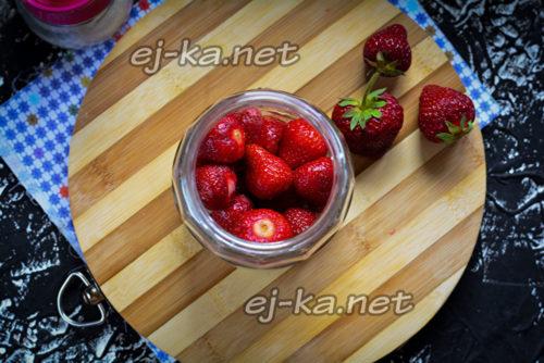 уложить ягоду в банку