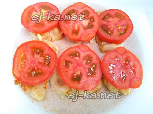 кладем кружочки томатов