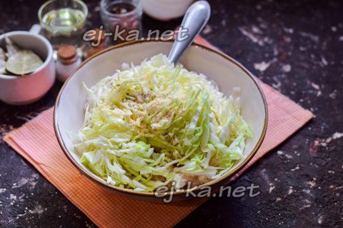 добавить капусту и специи