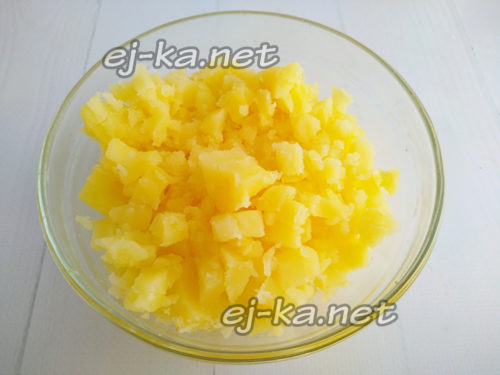 нарезать отварной картофель