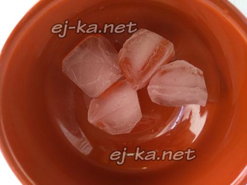 в тарелку выложить лед