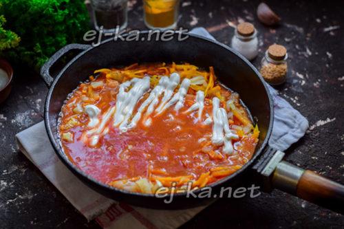 добавить томатную пасту и сметану