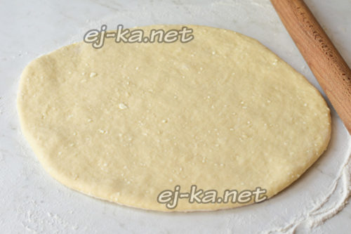 раскатать тесто в тонкий пласт
