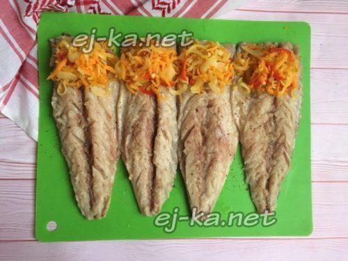 выложить овощи на рыбу