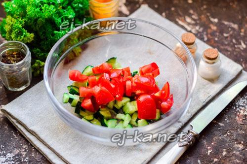 томаты нарезать кубиками