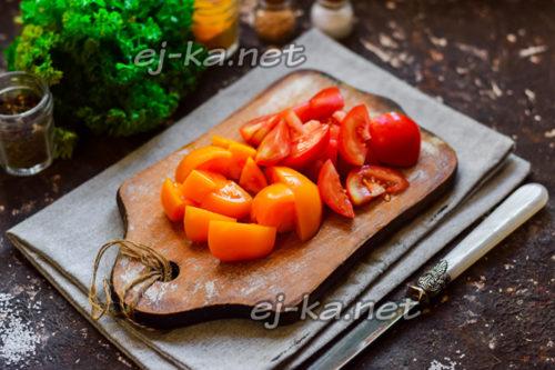 нарезать томаты средними дольками