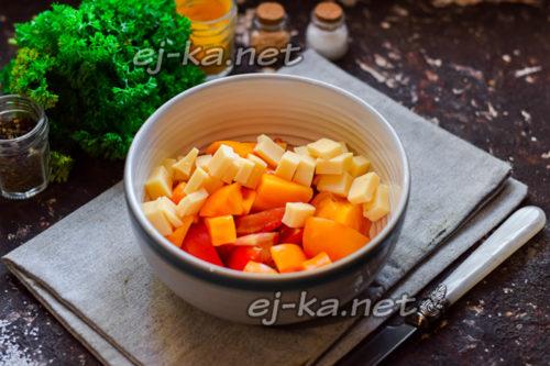 добавить к томатам сыр