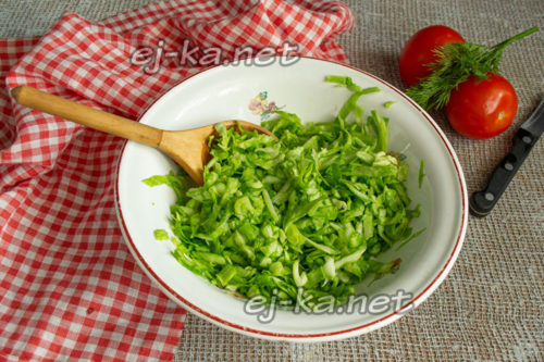 нарезать листья капусты
