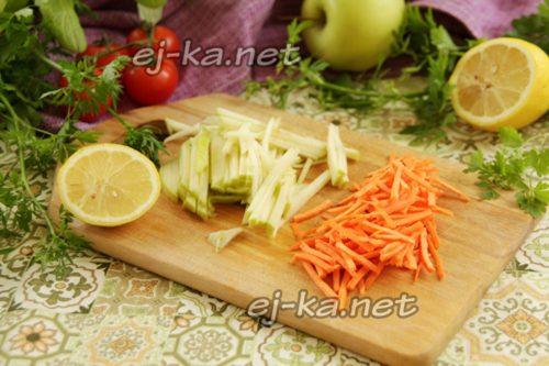 нарезать яблоко и морковь брусочками