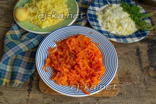 натереть картофель, морковь и яйца