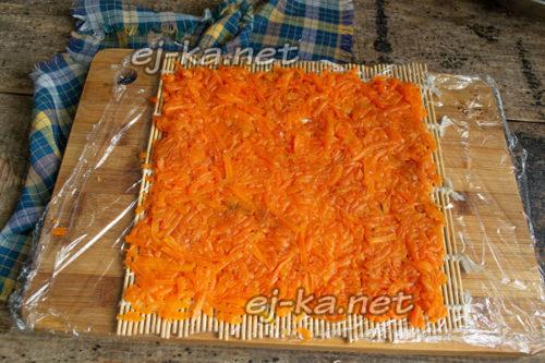 на пищевой пленке слой моркови