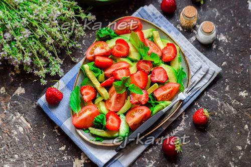 салат с клубникой и авокадо готов