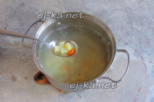 в бульон добавить морковь и картофель