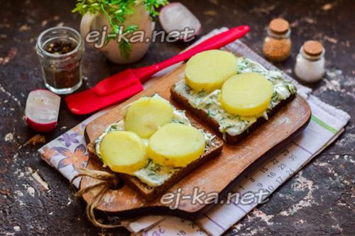 нарезать отварной картофель и уложить на сыр