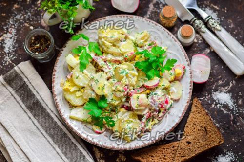 салат из картофеля и редиски готов