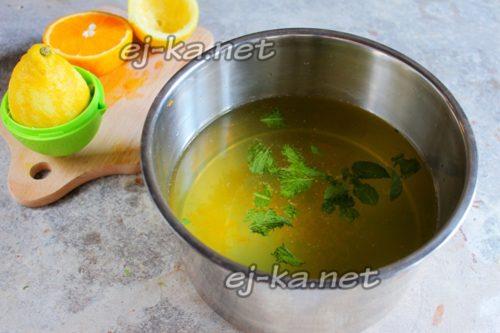 выжать сок лимона и залить водой