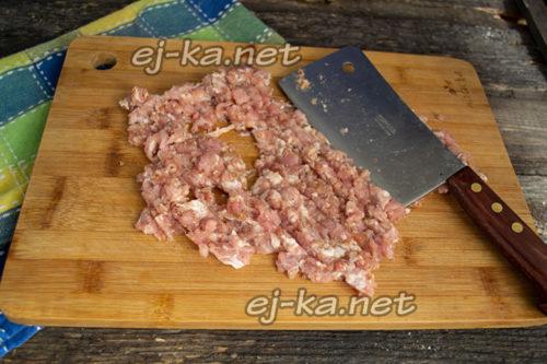 нарезать мясо, добавить специи