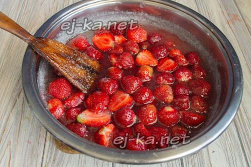 ссыпаем ягоды в сироп