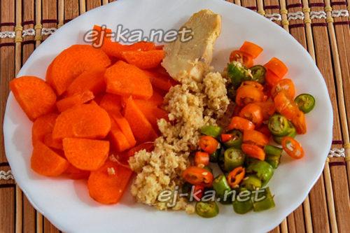 нарезать морковь и перец, натереть имбирь